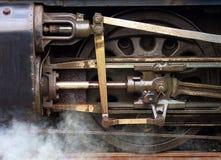 在火车的轮子去在周围和  免版税库存照片