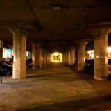 在火车站下的夜间 免版税库存图片