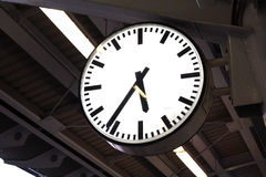 在火车站平台的一个时钟 免版税库存图片