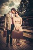 在火车站平台的葡萄酒夫妇 库存照片