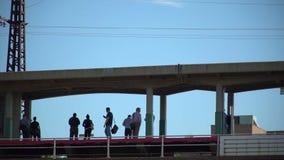 在火车站平台的通勤者等待 股票视频