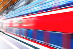在火车站平台的高速火车 免版税库存照片