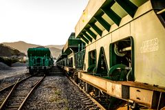 在火车站的停放的无盖货车 免版税图库摄影