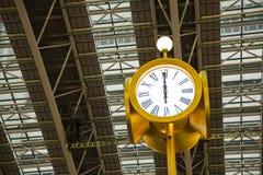 在火车站的公开时钟 库存图片