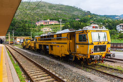 在火车站的古色古香的火车在蒙泰罗索阿尔马雷,五乡地,意大利 库存图片
