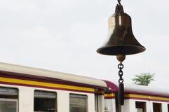 在火车站的响铃在来路不明的飞机背景 图库摄影