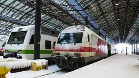在火车站的培训在冬天 免版税库存照片