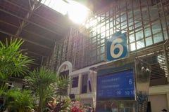 在火车站的平台号码6 免版税库存图片