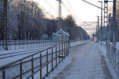 在火车站的平台在拉脱维亚村庄 免版税库存照片