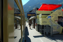 在火车站的平台在格林德瓦在瑞士 免版税库存图片