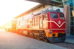 在火车站的平台的内燃机车 免版税图库摄影