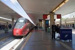 在火车站的平台的现代高速火车 佛罗伦萨 库存照片