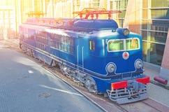 在火车站的平台的电力机车 库存照片