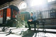 在火车站的成熟商人 免版税库存照片
