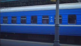 在火车站的旅客列车无盖货车 背景地球高铁路速度培训运输 旅行乘火车 影视素材