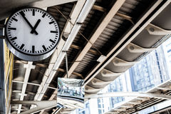 在火车站的时钟 室外运输 免版税库存图片