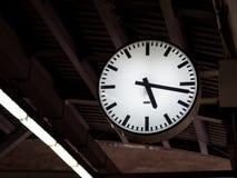 在火车站的时钟 免版税库存图片
