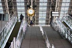 在火车站的时钟 免版税图库摄影