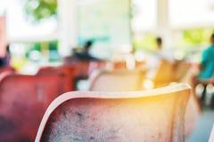 在火车站的椅子 免版税库存照片