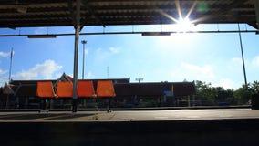 在火车站的橙色椅子 免版税图库摄影