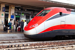 在火车站的欧洲城市间的培训 免版税库存图片