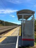 在火车站的火车中止 免版税库存照片