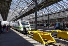 在火车站的火车在赫尔辛基, 201的8月05日,芬兰 免版税库存照片