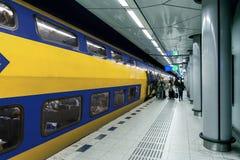 在火车站的火车在阿姆斯特丹 图库摄影