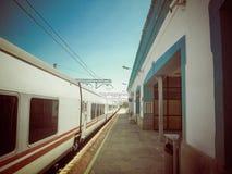 在火车站的火车 免版税库存图片
