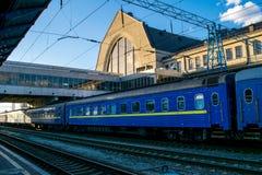 在火车站的火车 Kyiv,乌克兰 免版税图库摄影