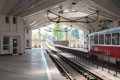 在火车站的老火车中止 库存照片