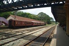 在火车站的老火车 库存照片