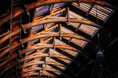 在火车站的老葡萄酒屋顶结构在哥本哈根, Denma 免版税库存照片