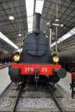 在火车站的老蒸汽火车 免版税库存照片