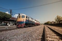 在火车站的老柴油火车 免版税图库摄影