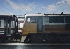 在火车站的老黄色火车 免版税库存照片