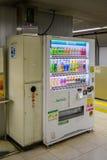 在火车站的自动售货机在东京 免版税库存照片