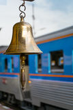 在火车站的金子响铃 库存照片