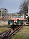 在火车站的铁路台车 库存图片
