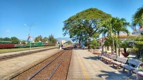 在火车站的铁路轨道在越南 图库摄影