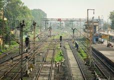 在火车站的铁路轨道在阿格拉,印度 免版税库存图片