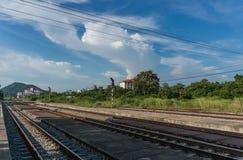 在火车站的铁路 免版税库存图片
