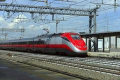 在火车站的高速火车 免版税库存照片