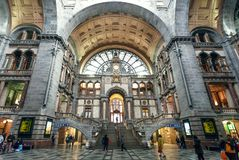 在火车站里面安特卫普Centraal终点大厦的许多乘客,在1905年修建在安特卫普 免版税库存图片