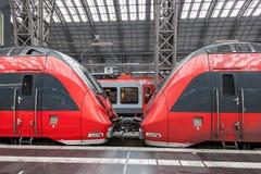 在火车站里面的两个引擎 库存照片