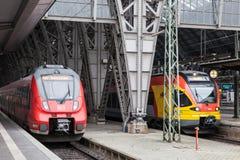 在火车站里面的两个引擎 免版税库存照片