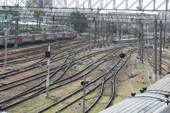 在火车站附近的铁路 免版税库存图片