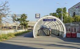 在火车站附近的移动的走道 库存图片