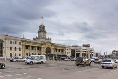 在火车站附近维持在停车场的小巴治安驻地正方形在一个多云春天晚上 免版税库存照片