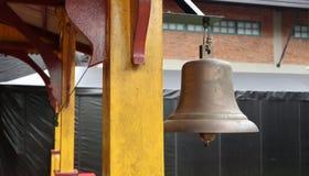 在火车站,不是葡萄酒老响铃用途的响铃在泰国 库存照片